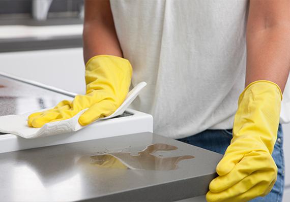 artículo de limpieza sobre cómo desengrasar las superficies de la cocina con eficacia